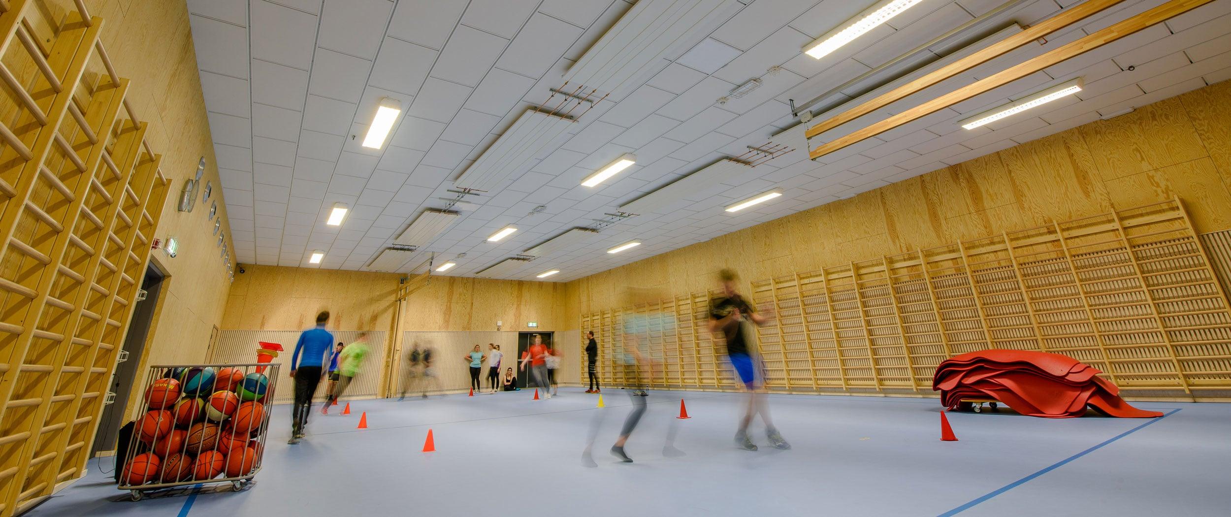Lydabsorberende himling i gymsal