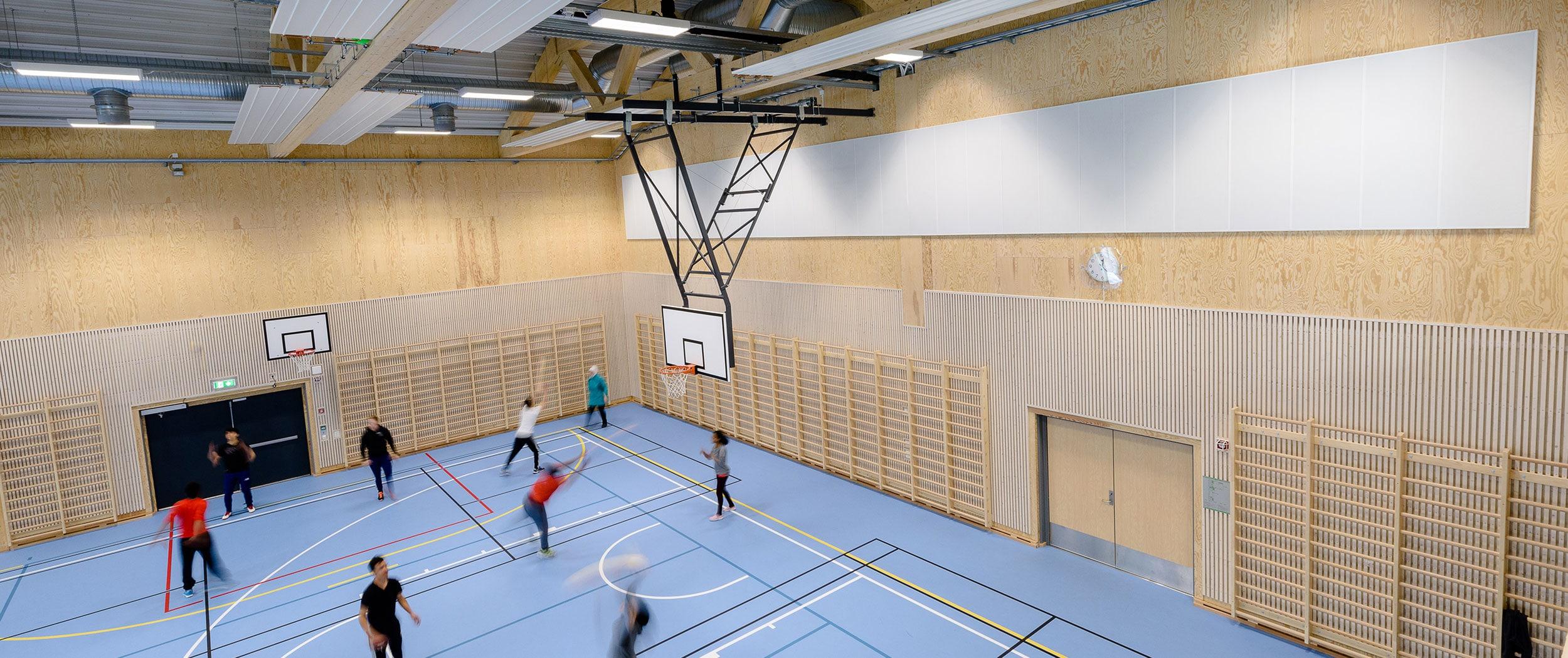 Lydabsorberende plater på vegg i idrettshall